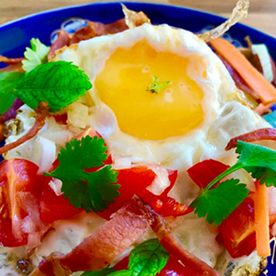 fried-eggs-and-bacon-breakfast-salad